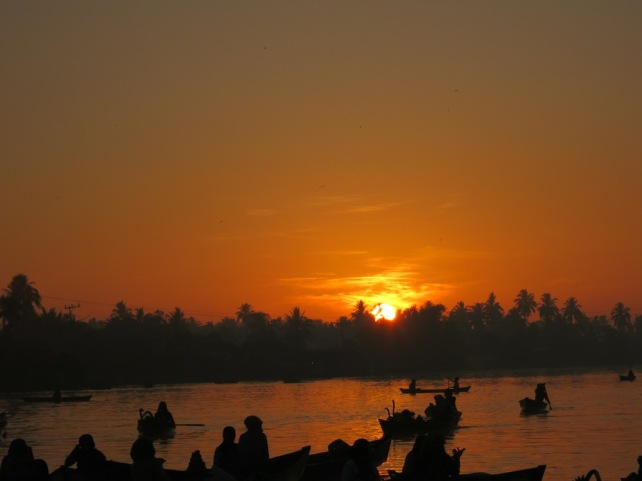 Sunrise at pasar apung